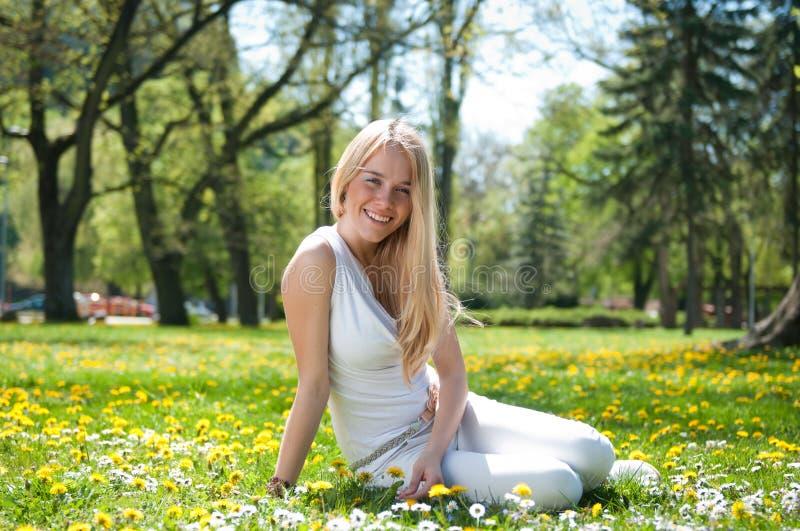 Appréciez la durée - jeune femme heureux images stock