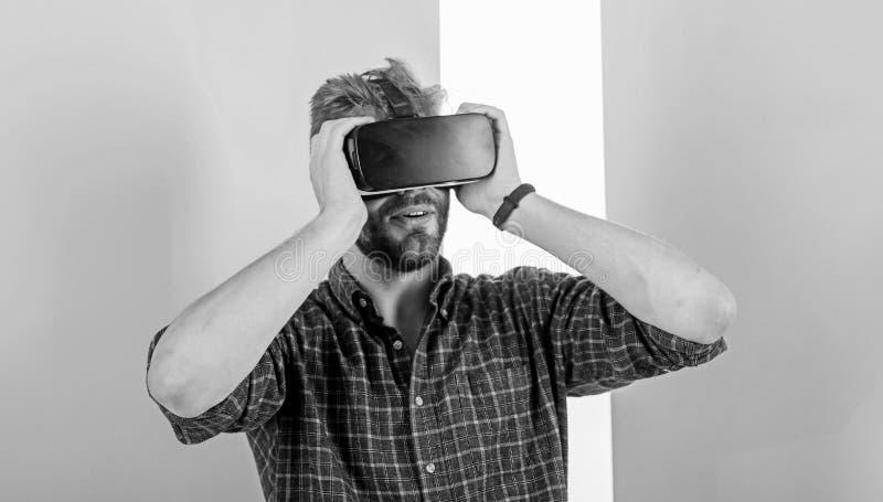 Appréciez la réalité virtuelle Équipez le type non rasé avec des verres de VR, fond rose Technologies modernes d'utilisation de h photographie stock libre de droits