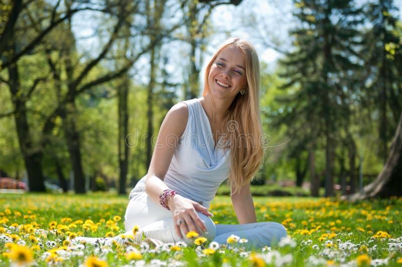 Appréciez la vie - jeune femme heureuse photographie stock libre de droits