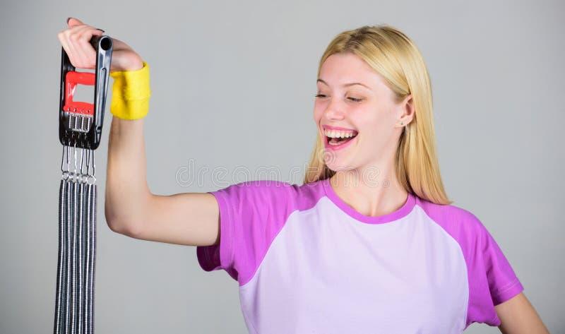 Appréciez le résultat Équipement de sport d'extenseur de bout droit de femme avec l'effort Comment manière appropriée d'équipemen photos libres de droits
