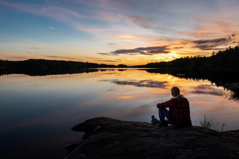 Appr?cier le coucher du soleil photo libre de droits