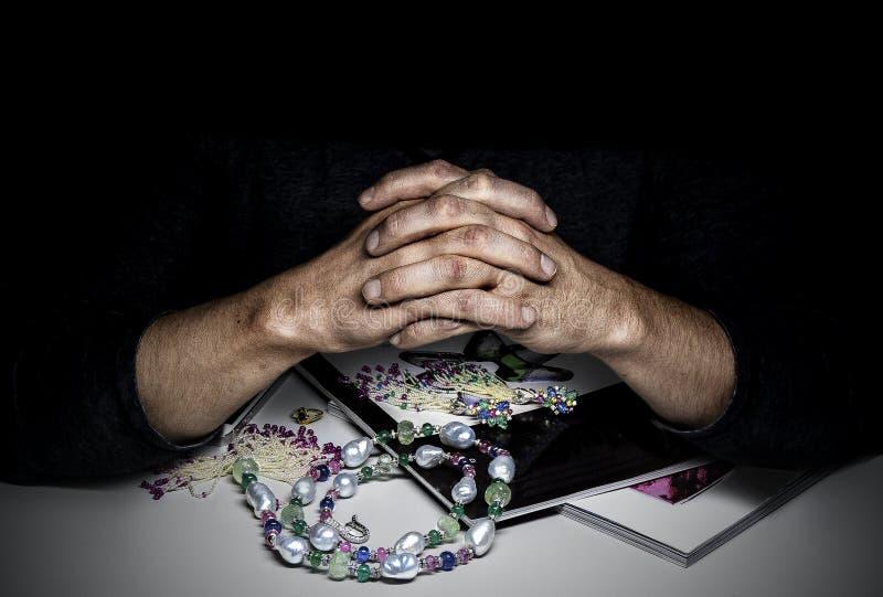 Appraiser ювелирных изделий экспертный при его пересеченные пальцы стоковое фото rf
