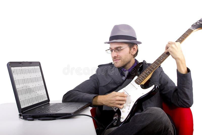Apprenant la guitare en ligne photos stock