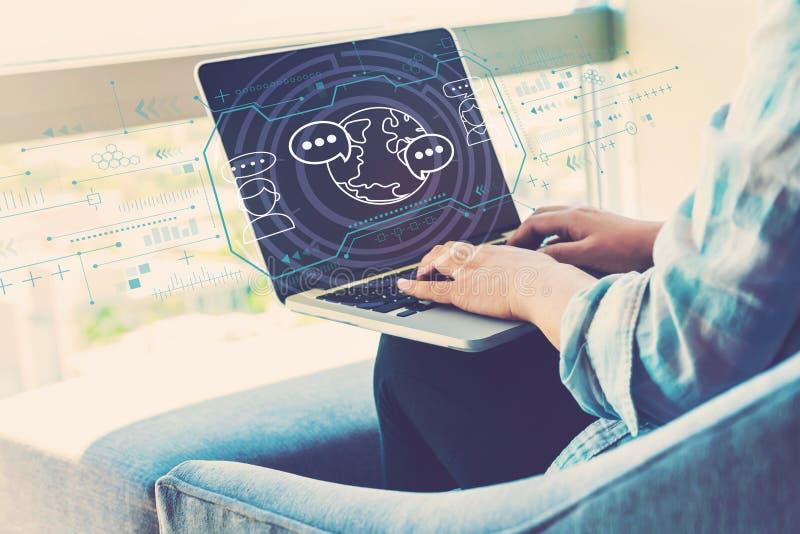Apprendimento del concetto di lingua con la donna che per mezzo del computer portatile immagine stock