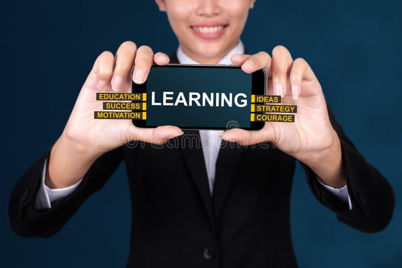 Apprendimento del concetto, testo felice di Show della donna di affari che impara su Smar fotografia stock libera da diritti