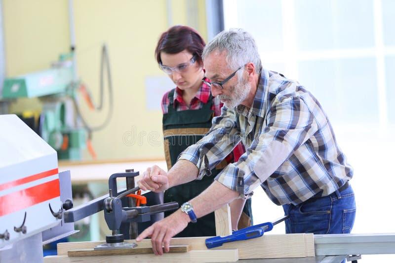 Apprendista d'istruzione della giovane donna del carpentiere professionista immagine stock
