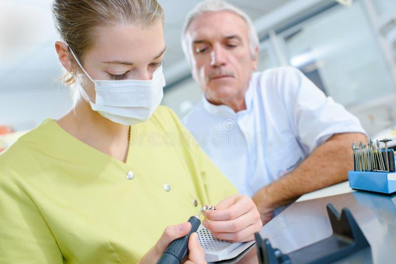 Apprendista in istituto universitario dentario fotografie stock