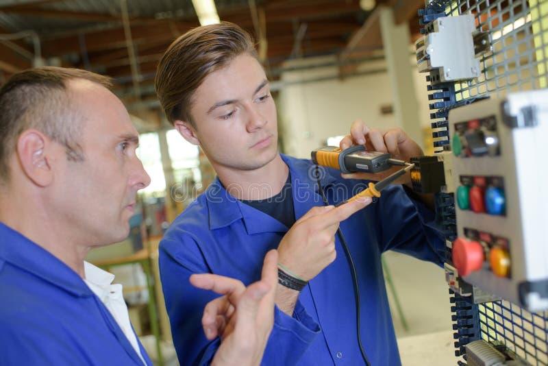 Apprendista maschio di formazione dell'elettricista fotografie stock