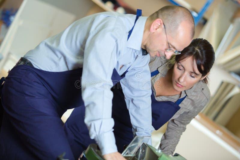 Apprendista senior di addestramento del calzolaio da lavorare con cuoio fotografia stock