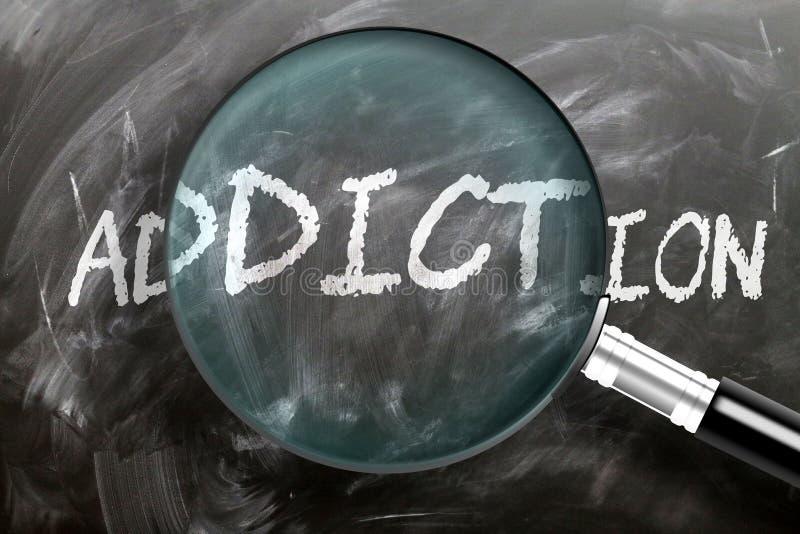 Apprendre, étudier et inspecter la dépendance - image d'une loupe élargissant le mot addiction, symbolise la recherche, l'explora image libre de droits