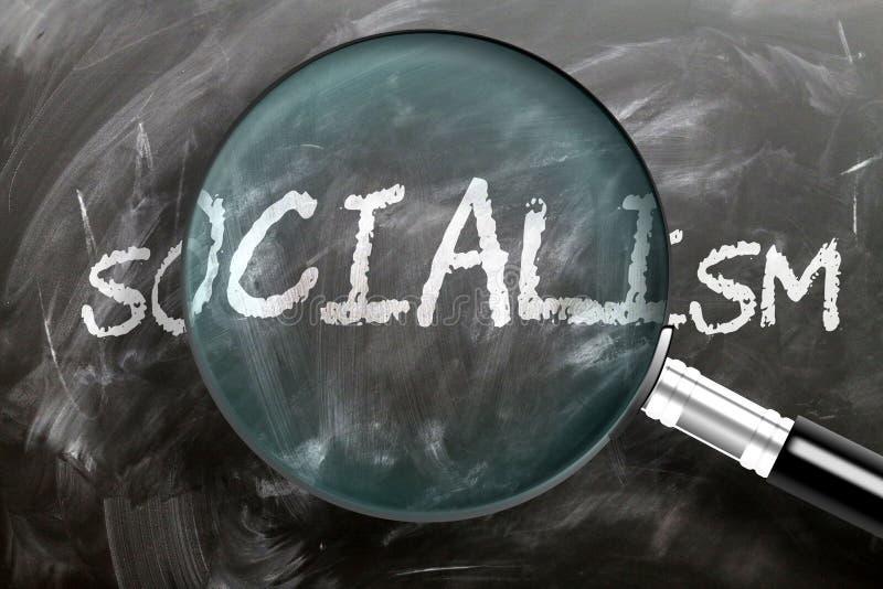 Apprendre, étudier et inspecter le socialisme - représenté comme une loupe élargissant le mot socialisme, symbolise la recherche, images libres de droits
