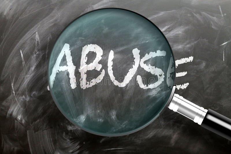 Apprendre, étudier et inspecter les abus - image d'une loupe agrandissant le mot abus, symbolise la recherche, l'exploration et l photographie stock