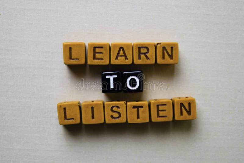 Apprenez à écouter sur les blocs en bois Concept d'affaires et d'inspiration photo stock