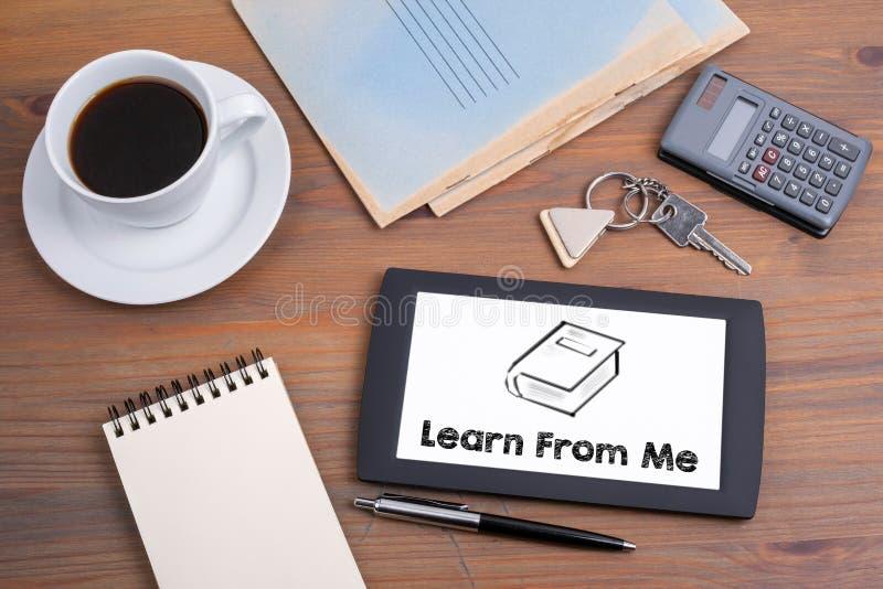 Apprenez de moi, concept d'affaires Texte sur le dispositif de comprimé sur un bois photos stock