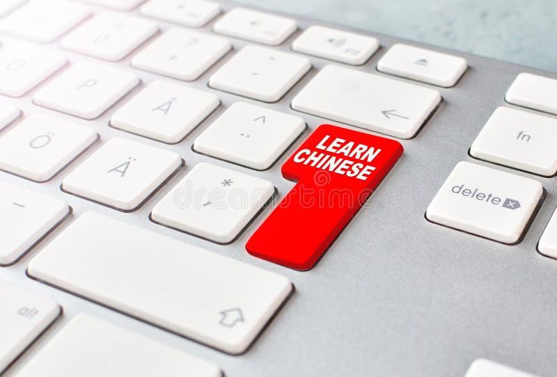 Apprenez le conseil en ligne de langue chinoise Concept avec le clavier et le bouton rouge Fond d'apprentissage en ligne image stock
