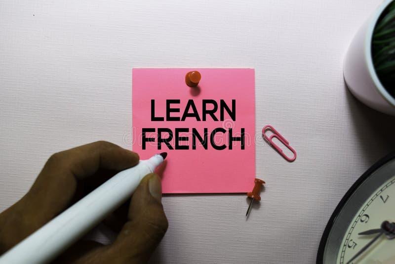 Apprenez le texte français sur les notes collantes sur le bureau images libres de droits