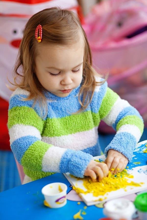 Apprentissage de petite fille images libres de droits