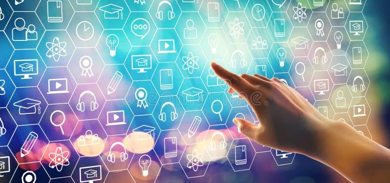 Apprentissage en ligne avec la main appuyant sur un bouton image stock