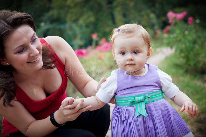 Apprentissage pour marcher - descendant de aide de mère images libres de droits
