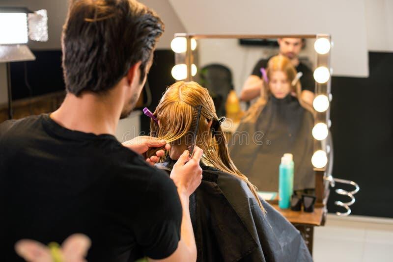 Apprettatrice dei capelli nell'azione fotografia stock libera da diritti
