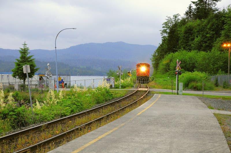 Approcci del treno merci alla stazione Principe Rupert immagini stock