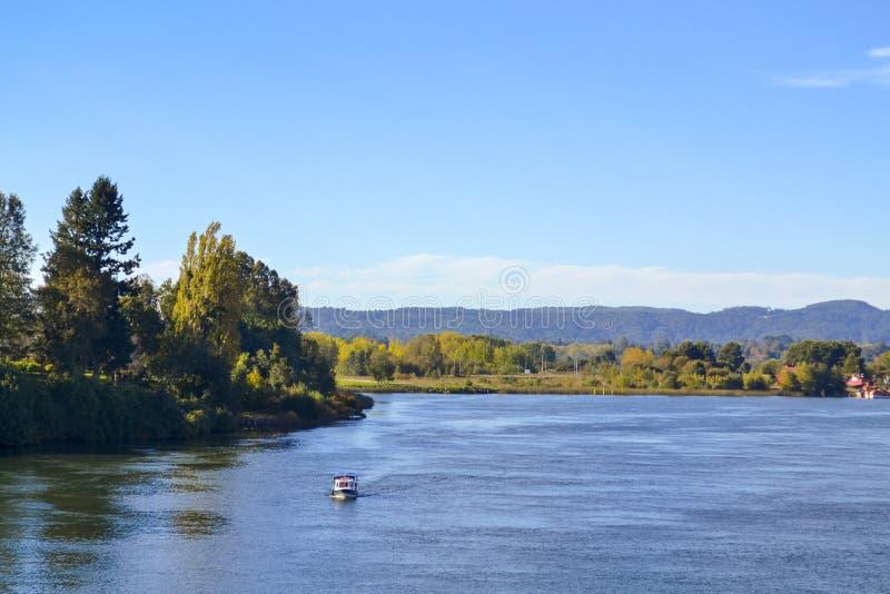 Approcci della barca in un grande fiume immagini stock