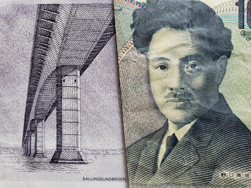 approccio ad una banconota danese di cinquanta corone scandinave e ad una banconota giapponese di 1000 Yen immagini stock