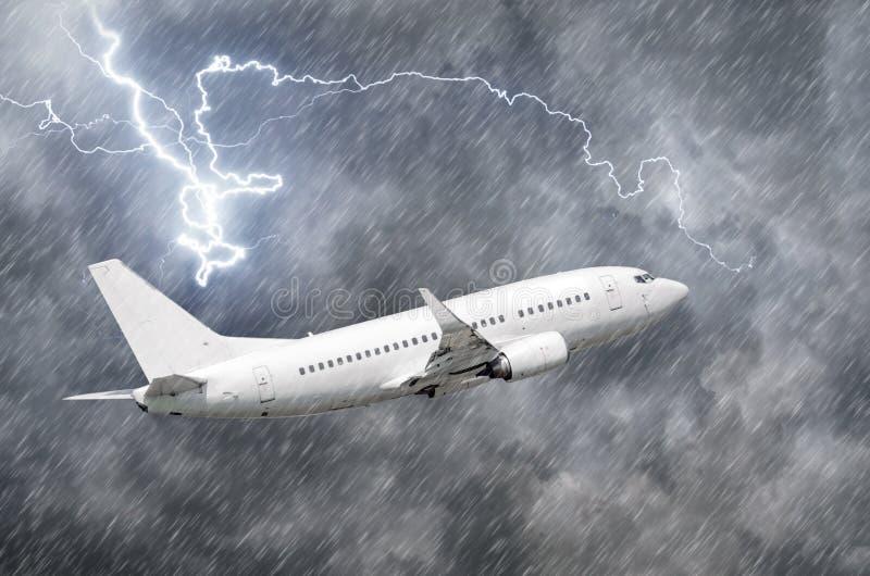 Approccio dell'aeroplano all'atterraggio dell'aeroporto nel colpo llightning della pioggia di uragano della tempesta del maltempo fotografie stock