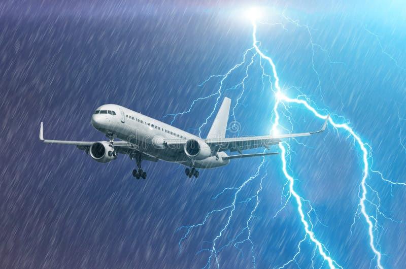 Approccio dell'aeroplano all'atterraggio dell'aeroporto nel colpo llightning della pioggia di uragano della tempesta del maltempo fotografia stock libera da diritti