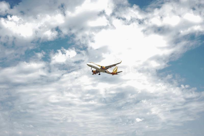 Approccio dell'aeroporto di Oporto del aeroplain di EasyJet immagini stock libere da diritti
