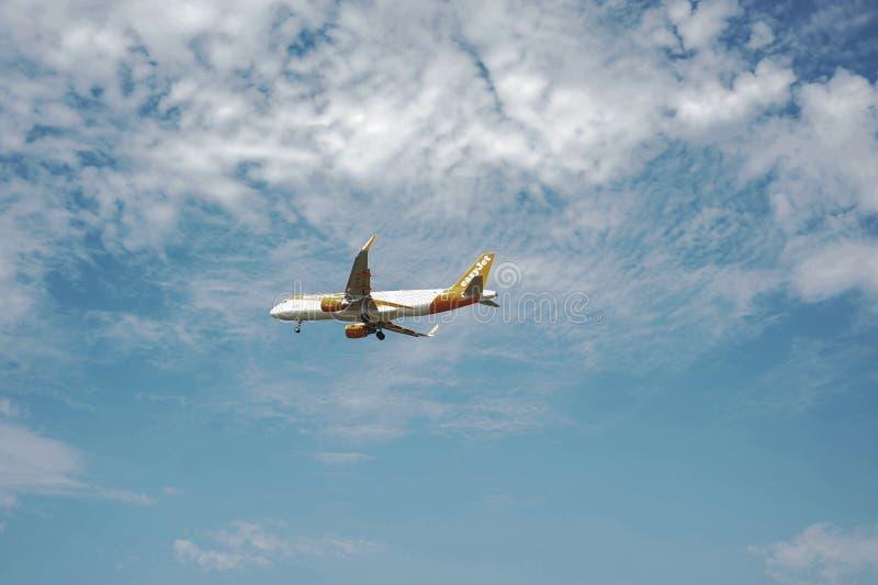 Approccio dell'aeroporto di Oporto del aeroplain di EasyJet fotografia stock