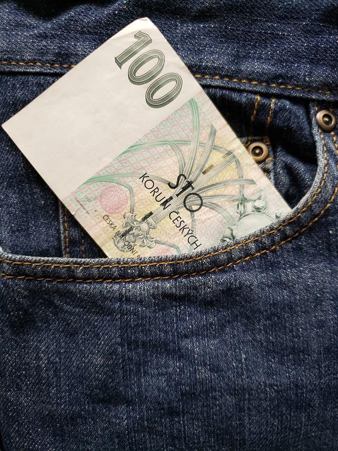 approccio per fronteggiare tasca dei jeans in blu con la banconota ceca fotografia stock