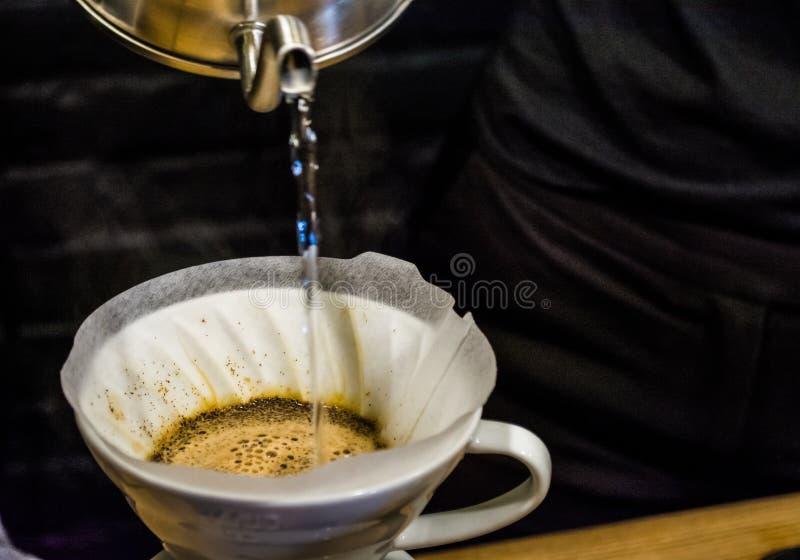 Approche alternative de procédé de préparation de café en café Versez au-dessus de V60, d'entonnoir et de serveur Barman Boisson  photographie stock