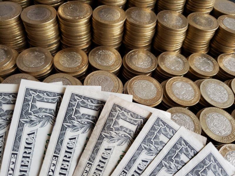 approche aux billets d'un dollar américains et aux pièces mexicaines de dix pesos image stock