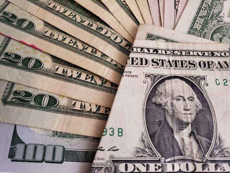 approche aux billets de banque américains des dollars des dénominations, du fond et de la texture différents images stock