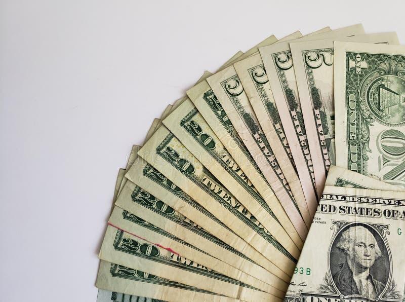 approche aux billets de banque américains des dollars des dénominations, du fond et de la texture différents images libres de droits