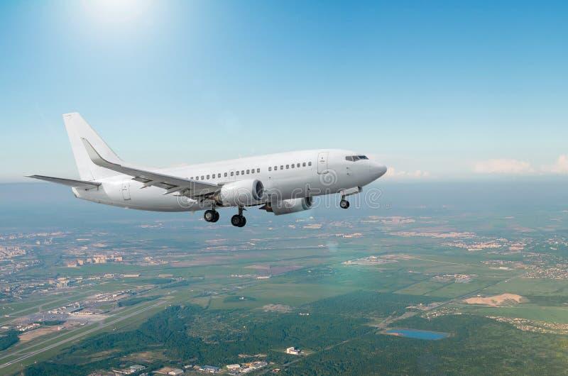 Approche d'avions avant le débarquement avec le train d'atterrissage photographie stock libre de droits