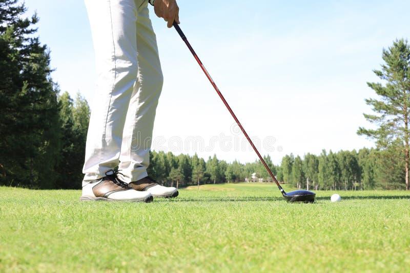 Approche de golf prise avec du fer provenant d'un fairway aux beaux jours photos libres de droits