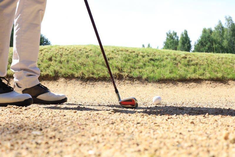 Approche de golf prise avec du fer provenant d'un fairway aux beaux jours photo stock