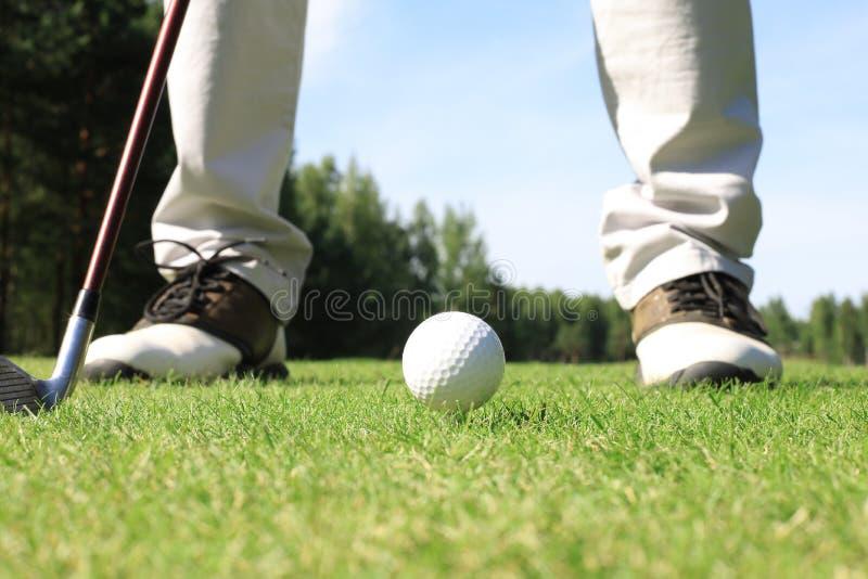 Approche de golf prise avec du fer provenant d'un fairway aux beaux jours image stock
