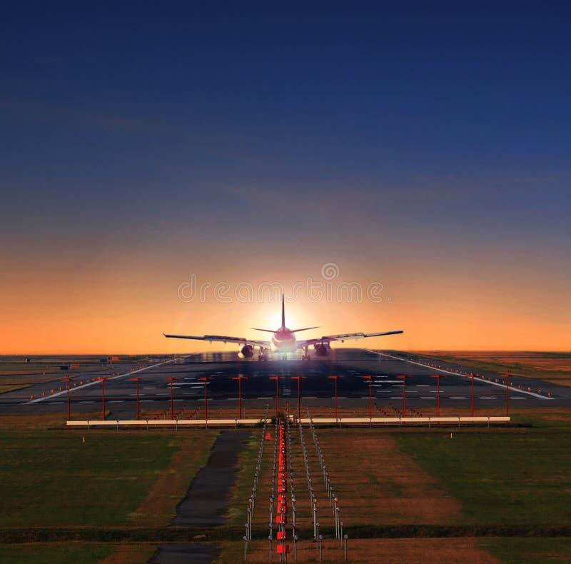 Approche plate d'avion de passagers sur des pistes d'aéroport préparant à image stock