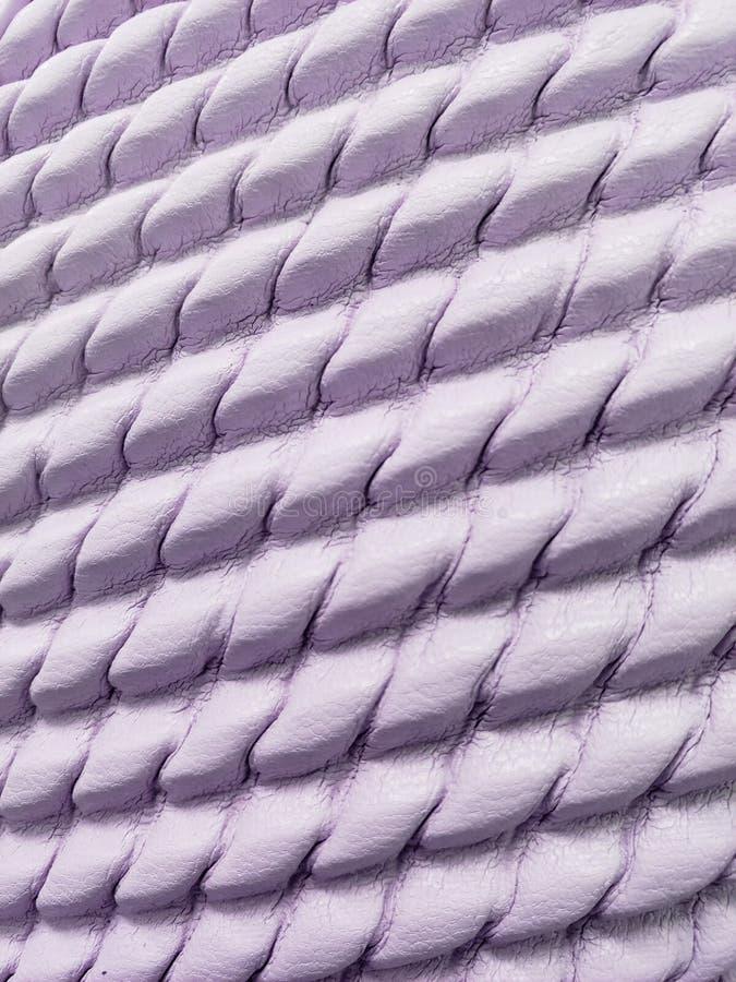approche pour garnir en cuir la surface à la couleur, à l'arrière-plan et à la texture mauve-clair photographie stock