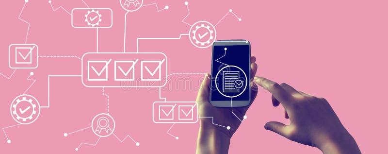 Approvazione del controllo qualità con smartphone illustrazione di stock