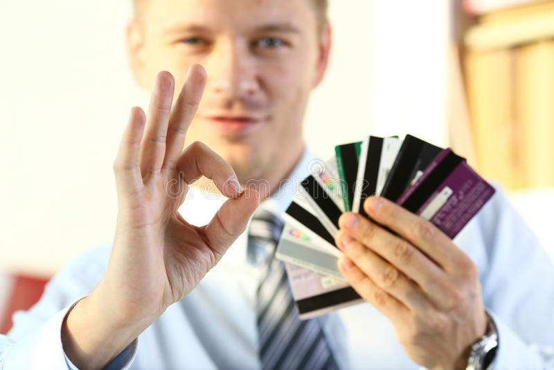 APPROVAZIONE maschio di manifestazione del braccio o confermare tenuta del mazzo di carte di credito fotografie stock