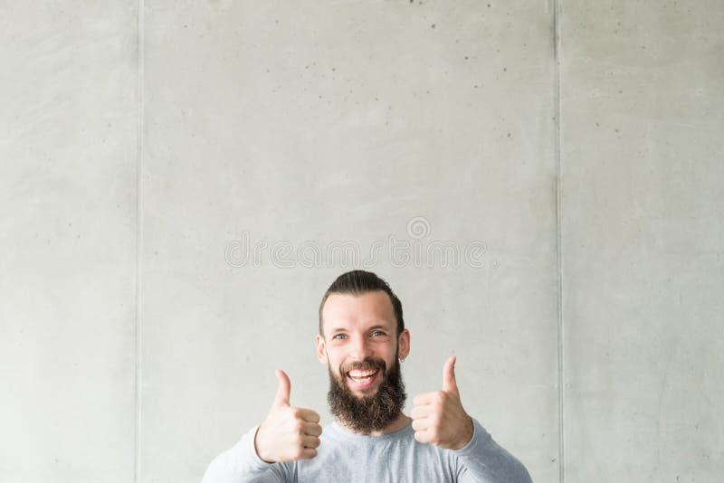 Approve glücklichen bärtigen Hippie-Kerldaumen oben zustimmen stockfoto