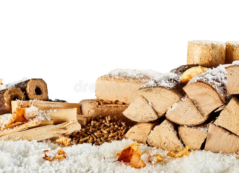 Approvisionnement en bois d'hiver avec des rondins, des briques et des granules photographie stock libre de droits