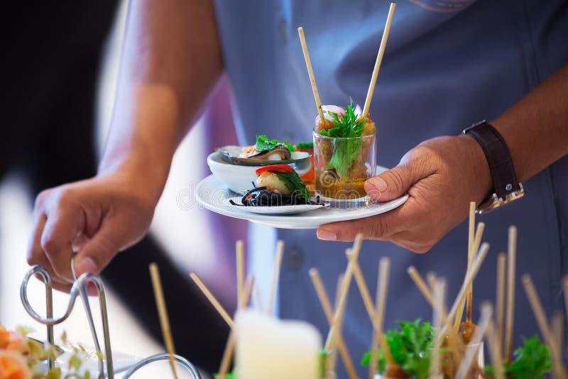 Approvisionnement - plat et main de nourriture photo libre de droits