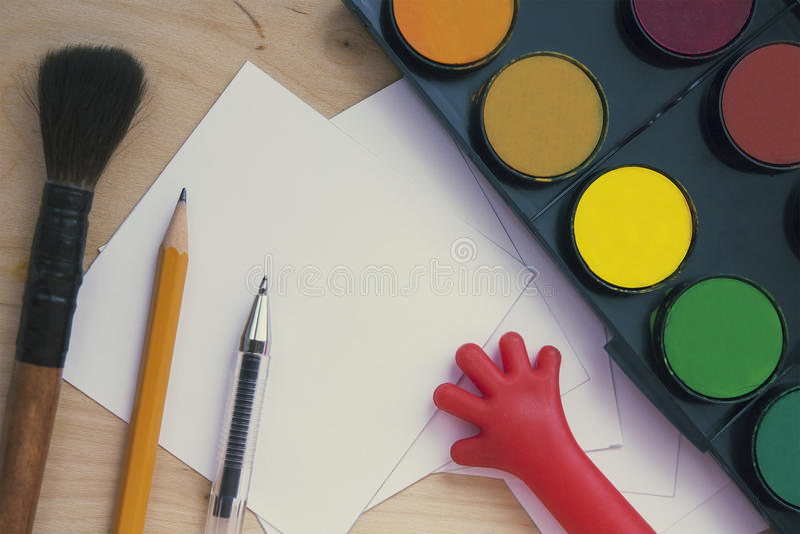 Approvisionnements d'art : crayon, peinture, brosse, papier image stock