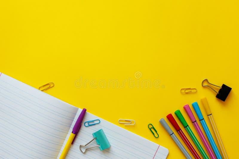 Approvisionnements d'?cole sur le fond jaune De nouveau au concept d'?cole avec l'espace pour le texte Vue sup?rieure Copiez l'es photographie stock libre de droits