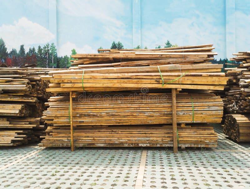 Approvisionnements de bois de construction empilés pour la construction images stock